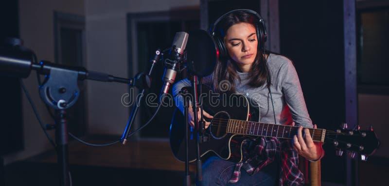 Żeński piosenkarz wykonuje piosenkę w studiu obrazy royalty free