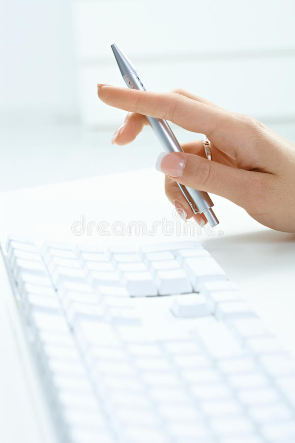 żeński pisać na maszynie ręki fotografia stock