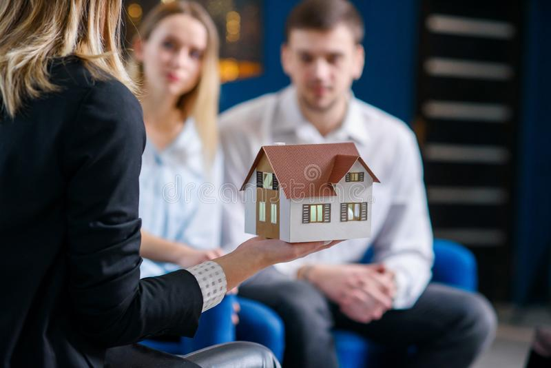Żeński pośrednik handlu nieruchomościami, projektant wnętrz pokazuje 3d modela dom śliczna caucasian para obrazy royalty free