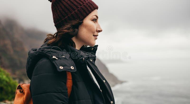 Żeński podróżnik podziwia widok od góry zdjęcie stock