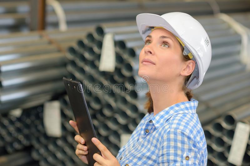 Żeński pracownik sprawdza magazyn obraz stock