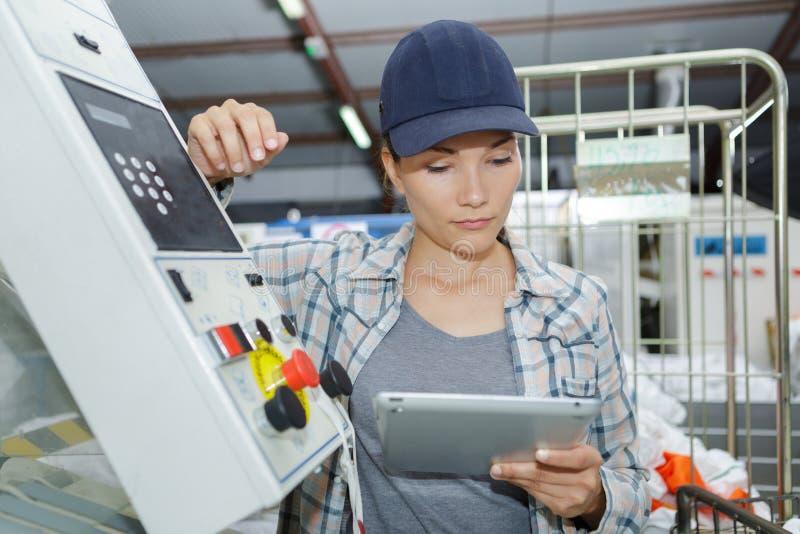 Żeński pracownik używa cyfrową pastylkę w przemysle wytwórczym zdjęcia stock