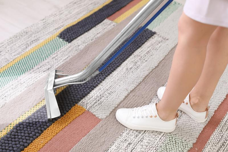 Żeński pracownik usuwa brud od dywanu zdjęcie stock