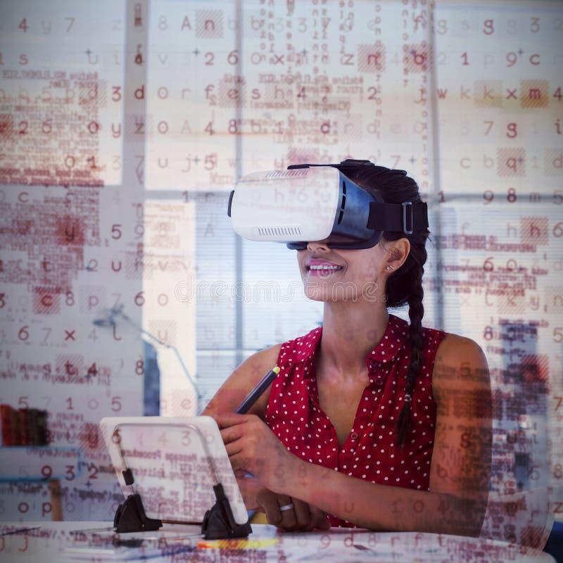Żeński projektant grafik komputerowych w rzeczywistości wirtualnej słuchawki używać cyfrową pastylkę przy biurkiem obrazy royalty free