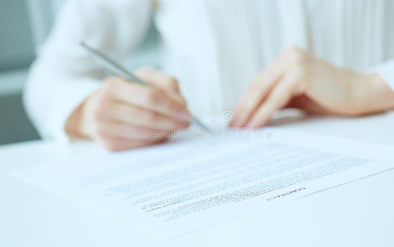 Żeński przedsiębiorca stawia podpis na oficjalnej zgodzie Zyskowny dylowy pojęcie Partner biznesowy akceptuje warunki zdjęcie royalty free