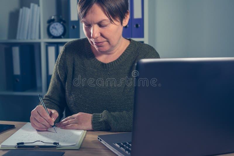 Żeński przedsiębiorcy robić zaczyna up biznesową papierkową robotę zdjęcie stock