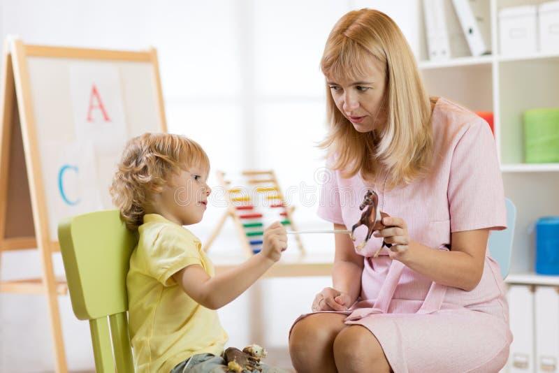Żeński psycholog pracuje z chłopiec w biurze obraz stock