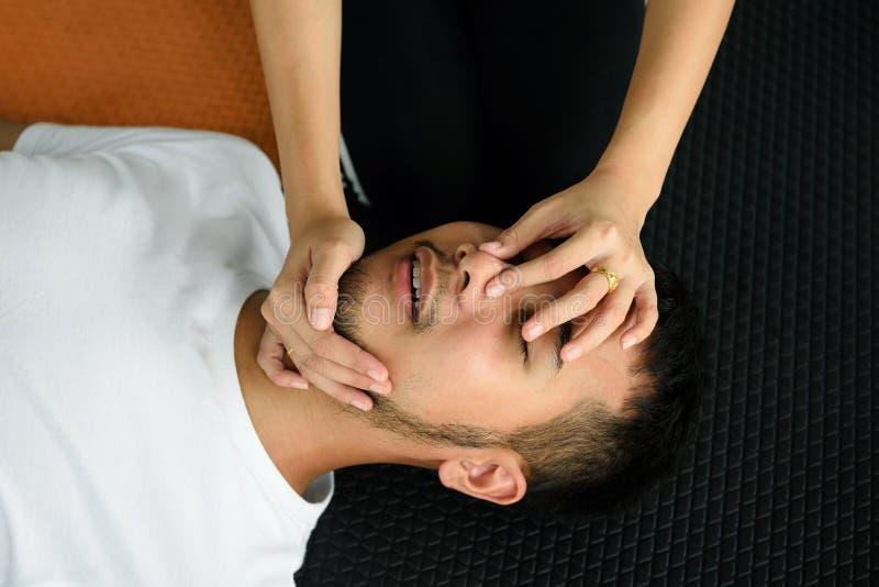 Żeński ręka chwyta nos i otwarty usta CPR zdjęcie royalty free