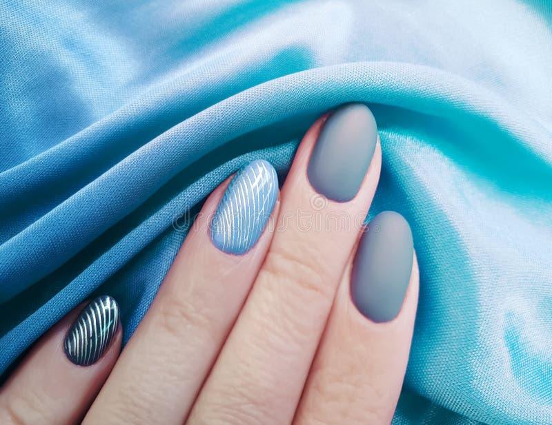 Żeński ręka manicure, jedwabniczej tkaniny estetyka, elegancka, elegancja fotografia royalty free