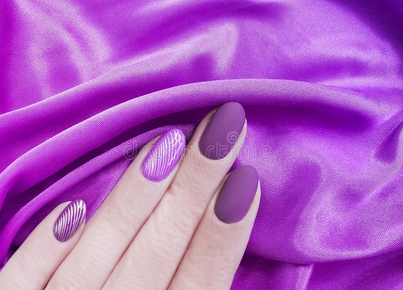 Żeński ręka manicure, jedwabniczej tkaniny jaskrawa estetyka, elegancka, elegancja obrazy stock