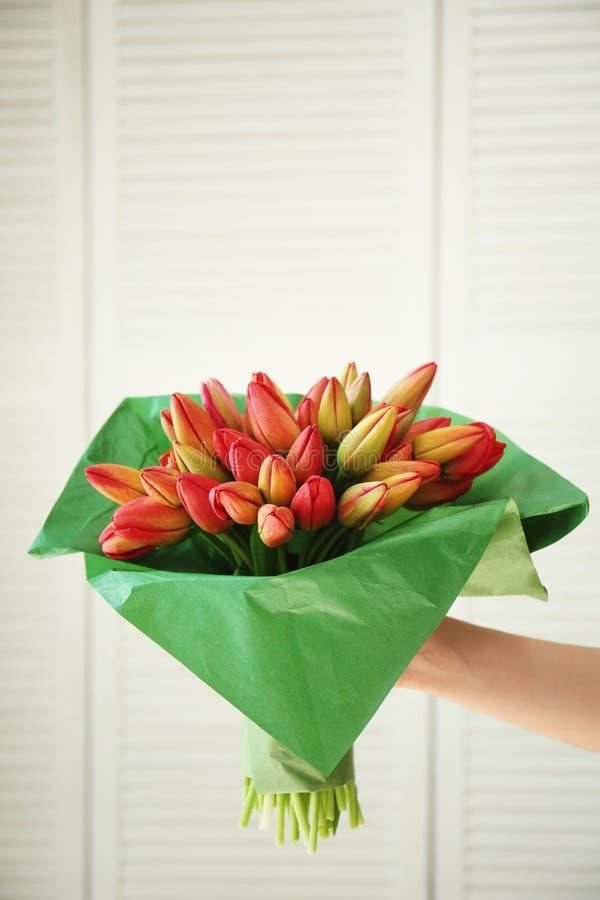 Żeński ręki mienia bukiet świezi tulipany fotografia stock