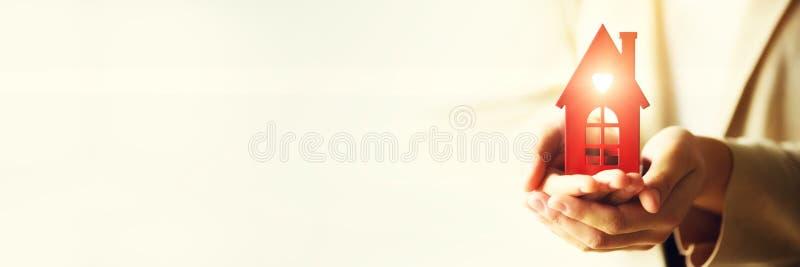 Żeński ręki mienia domu klucz, agent nieruchomości Majątkowy ubezpieczenie, ochrona i wygodny domowy pojęcie, kosmos kopii sztand zdjęcie stock