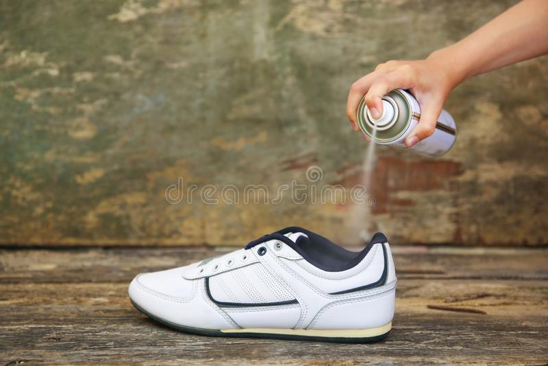 Żeński ręki mienia kiści dezodorant dla butów zdjęcie royalty free