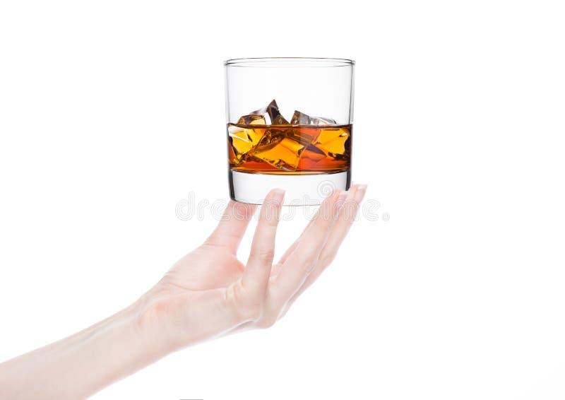 Żeński ręki mienia whisky szkło z lodem zdjęcia stock