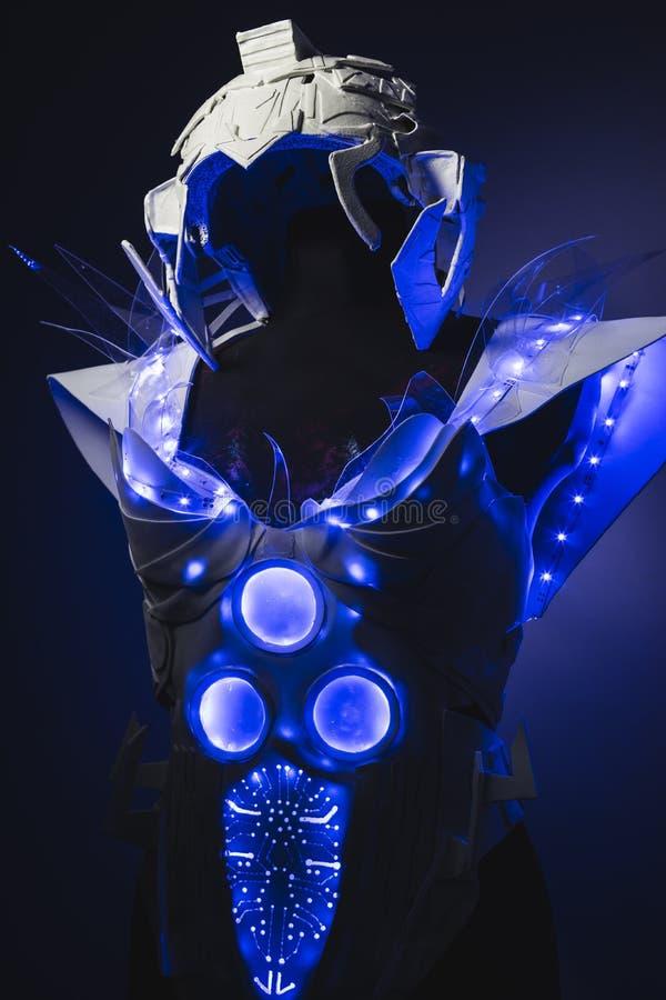 żeński robot, biały kostium z przejrzystym klingerytem i PROWADZĄCY światła, fotografia royalty free