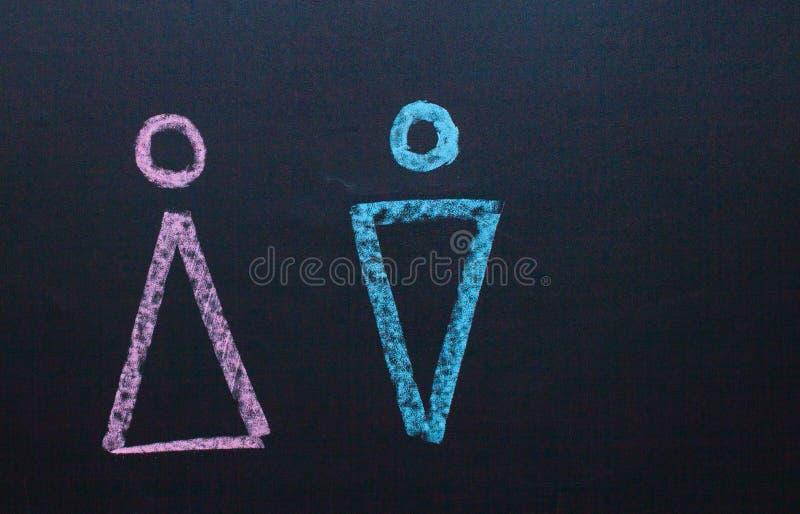 Żeński rodzaju symbol jest równy męski pojęcie równouprawnienie płci Rysować z kredą na kredowej desce zdjęcia stock