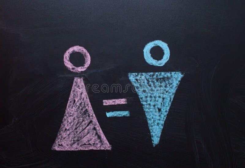 Żeński rodzaju symbol jest równy męski pojęcie równouprawnienie płci Rysować z kredą na kredowej desce zdjęcie stock