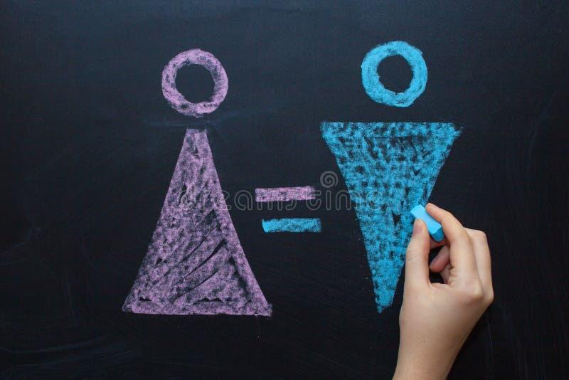 Żeński rodzaju symbol jest równy męski pojęcie równouprawnienie płci Rysować z kredą na kredowej desce obraz royalty free