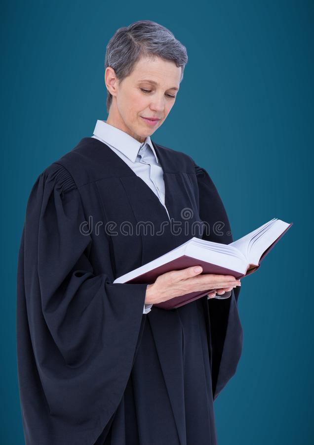 Żeński sędziego czytanie przeciw błękitnemu tłu obraz stock