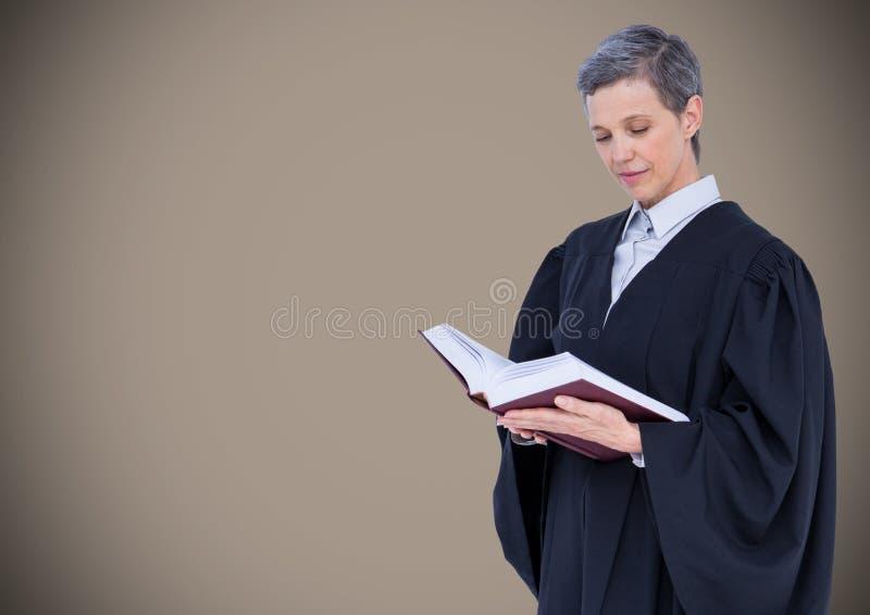 Żeński sędziego czytanie przeciw brown tłu fotografia stock