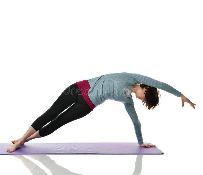 Żeński sprawność fizyczna instruktor robi rozciąganiu dla ręk nóg abdominals baru ćwiczenia w gym opracowywał odosobnionego na bi obraz stock