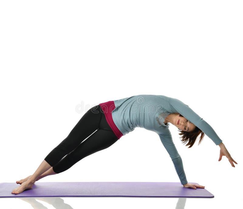Żeński sprawność fizyczna instruktor robi rozciąganiu dla ręk nóg abdominals baru ćwiczenia w gym opracowywał odosobnionego na bi zdjęcie stock