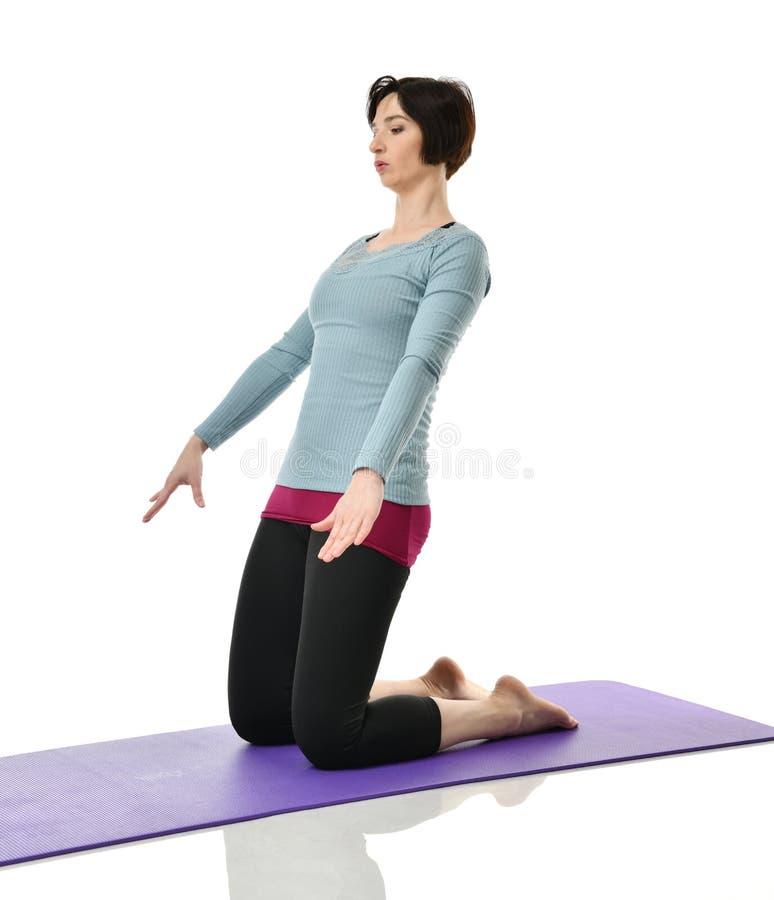 Żeński sprawność fizyczna instruktor robi rozciąganiu dla ręk nóg abdominals baru ćwiczenia w gym opracowywał odosobnionego na bi zdjęcie royalty free