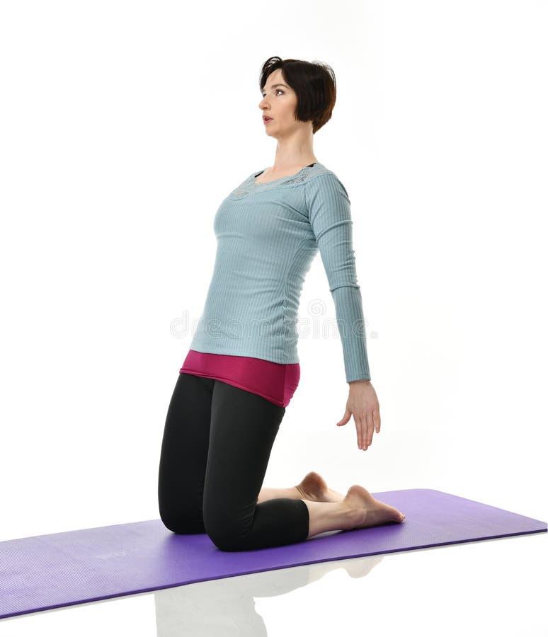 Żeński sprawność fizyczna instruktor robi rozciąganiu dla ręk nóg abdominals baru ćwiczenia w gym opracowywał odosobnionego na bi zdjęcia royalty free