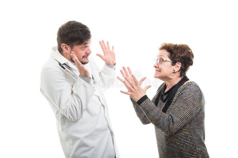 Żeński starszy cierpliwy bój z samiec lekarką obraz stock
