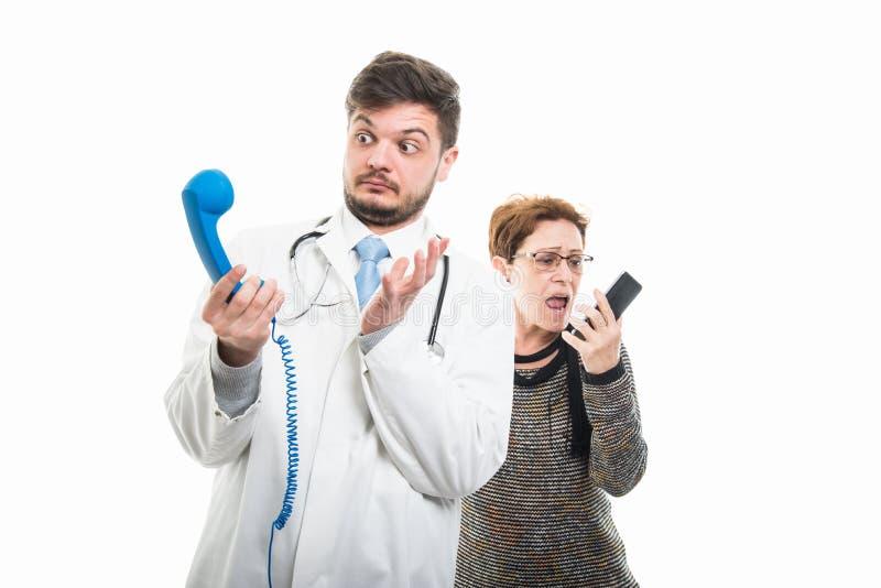 Żeński starszy cierpliwy krzyczeć przy samiec lekarką telefonować obrazy royalty free