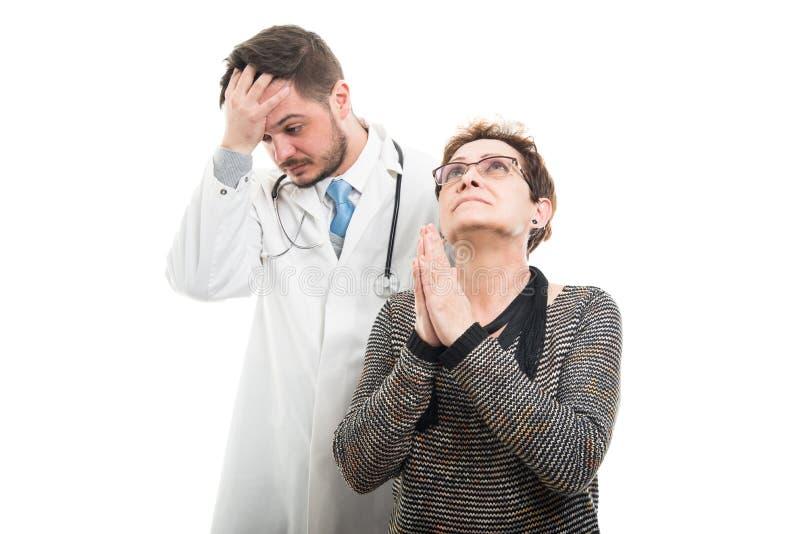 Żeński starszy cierpliwy modlenie i samiec doktorski patrzeć martwiący się obraz royalty free