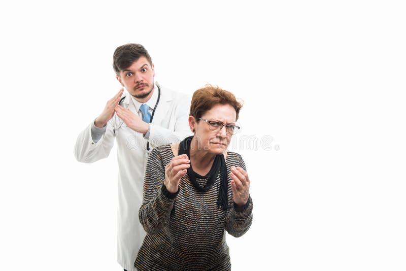 Żeński starszy pacjenta wyjaśniać i samiec czasu doktorski pokazuje ou zdjęcie royalty free