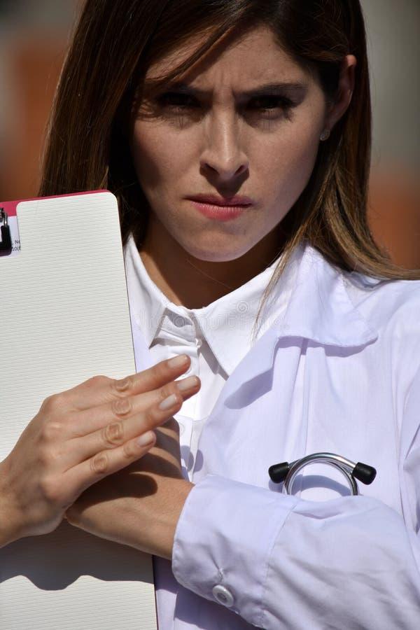 Żeński student medycyny I złość Jest ubranym Lab żakiet zdjęcie royalty free