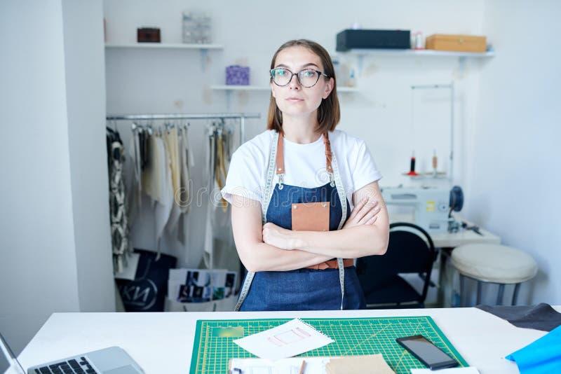 Żeński sukiennik przy warsztatem obrazy stock