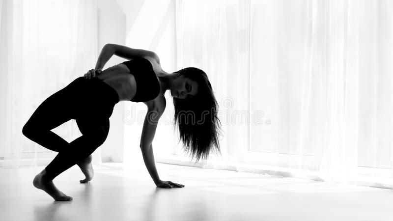 Żeński tana artysty szkolenie I Pozować W Baletniczym studiu obrazy stock