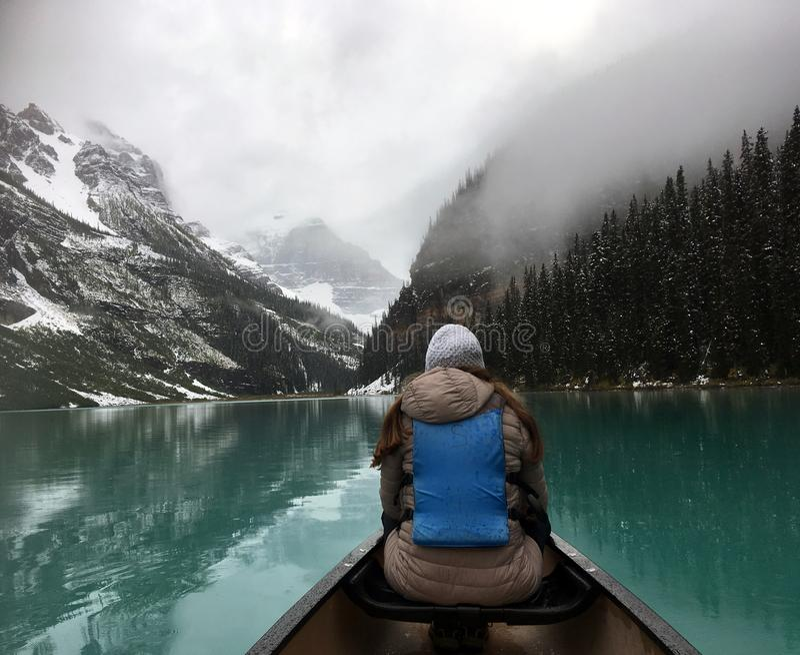?e?ski turysta cieszy si? widok od kajaka na Jeziornym Louise obrazy stock