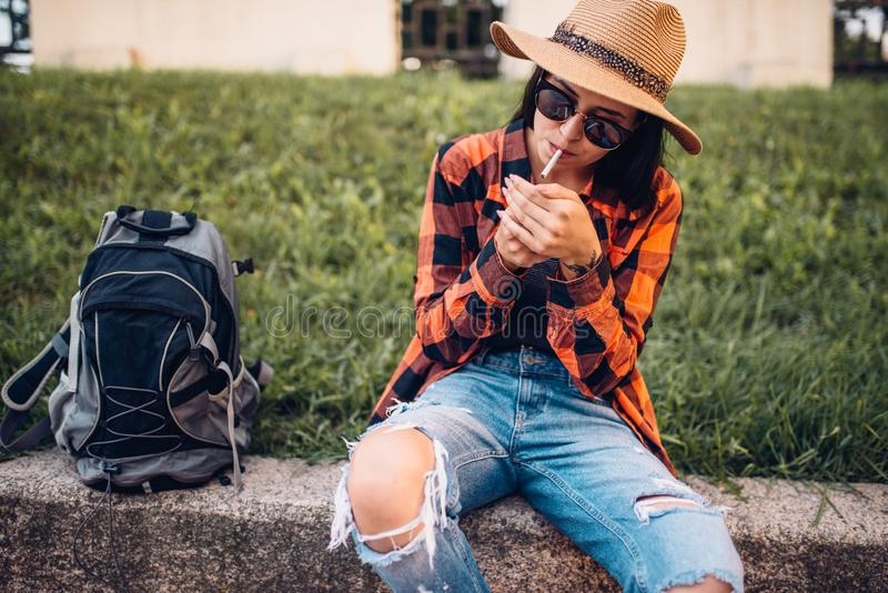 Żeński turysta w okularów przeciwsłonecznych dymnych papierosach obraz royalty free