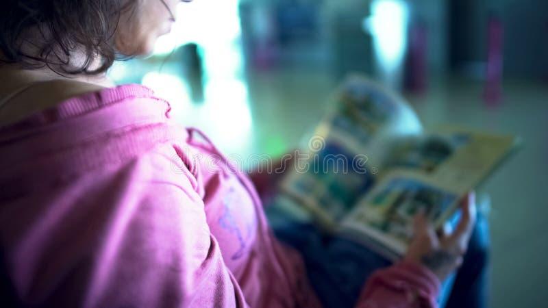Żeński turystyczny patrzeć przez magazynu, czekający samolot, wybierający podróży wycieczkę turysyczną zdjęcie royalty free