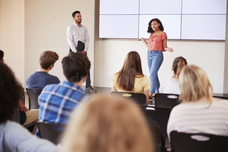 Żeński uczeń Daje prezentaci szkoły średniej klasa Przed ekranem zdjęcia stock