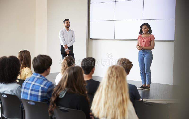 Żeński uczeń Daje prezentaci szkoły średniej klasa Przed ekranem zdjęcia royalty free