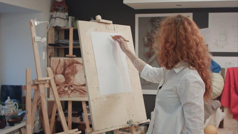 Żeński uczeń pracuje na nowym obrazie w sztuki klasie zdjęcie stock