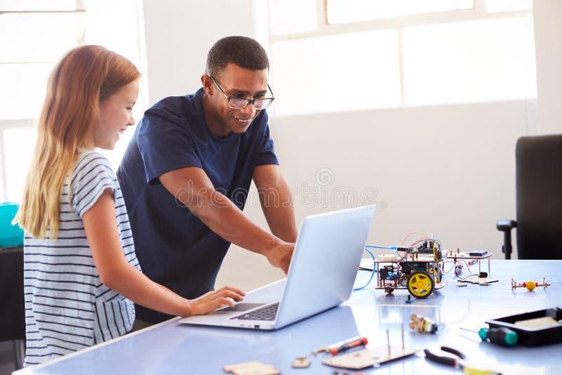 Żeński uczeń Z nauczyciela budynku robota pojazdem Wewnątrz Po Szkolnej Komputerowej cyfrowanie klasy obrazy royalty free