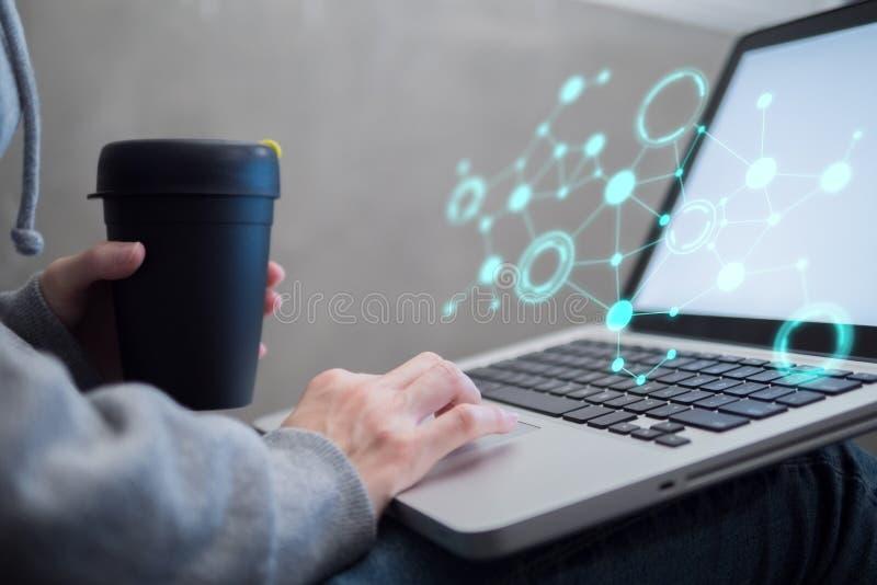 Żeński use laptop z cyfrowym socjalny łączy grafikę zdjęcie royalty free