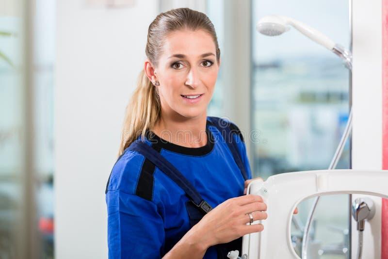 Żeński utrzymanie pracownik sprawdza ilość toaletowy siedzenie obraz royalty free