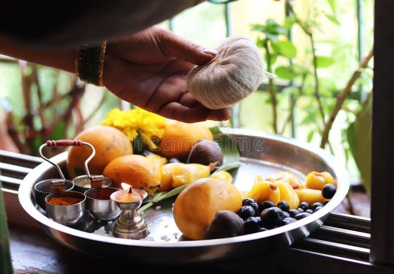 Żeńskie cześć ręki na Indiańskim Tradycyjnym Świętym naczyniu zdjęcia stock