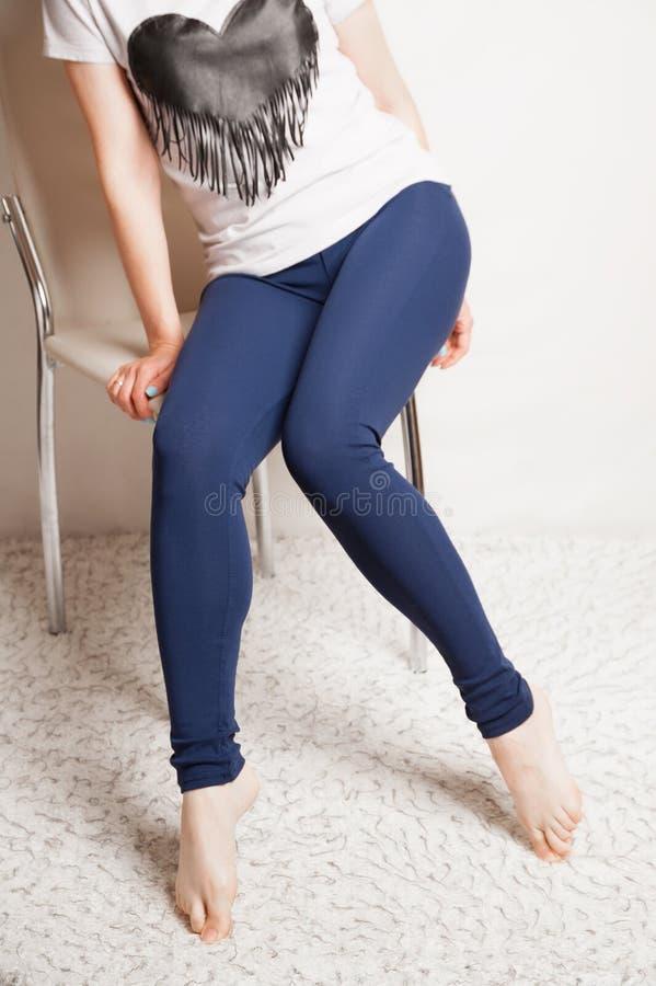 Żeńskie nikłe nogi w sportów leggings zdjęcie stock