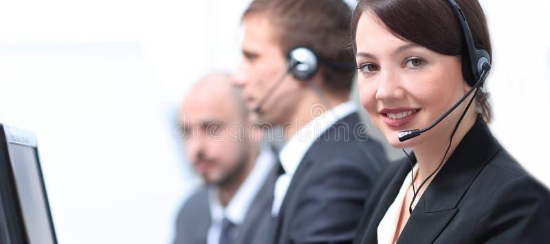 Żeńskie obsługi klienta Faktorskie Z słuchawki Pracuje W centrum telefonicznym obrazy stock