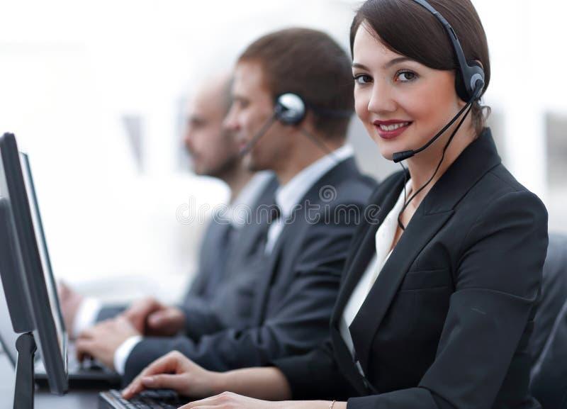 Żeńskie obsługi klienta Faktorskie Z słuchawki Pracuje W centrum telefonicznym zdjęcia stock