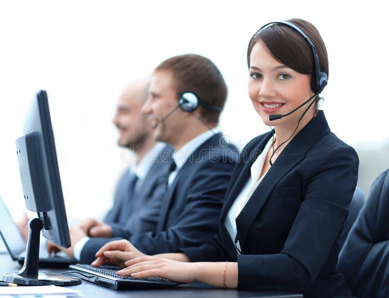 Żeńskie obsługi klienta Faktorskie Z słuchawki Pracuje W centrum telefonicznym zdjęcie royalty free