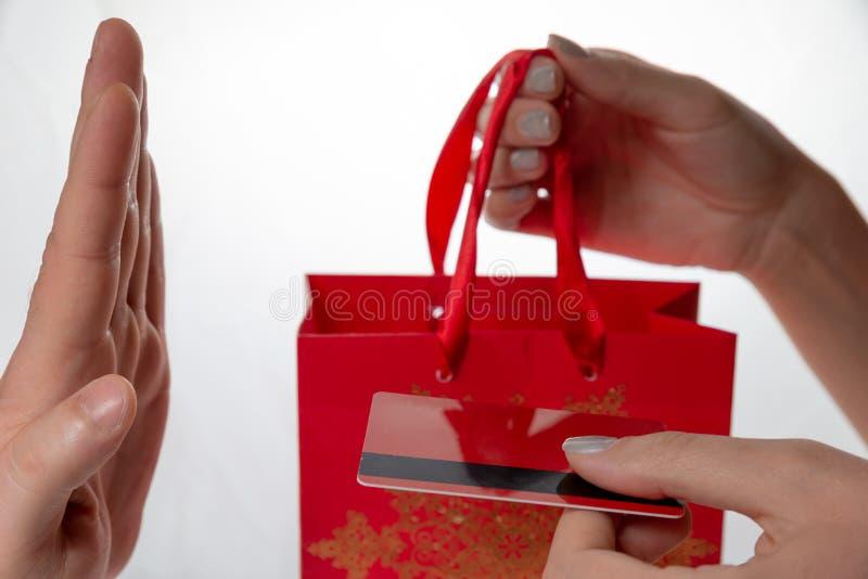 Żeńskie ręki dają czerwonej pakunku i czerwieni karcie kredytowej z czerni linią obsługiwać rękę Mężczyzna ręka odmawia Na białym zdjęcia royalty free